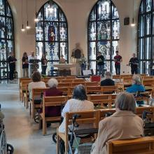 """:""""Musik liegt in der Luft"""": Neun Mitglieder des Domchors unter Leitung von Dommusikdirektor Thomas Viezens geben ein Konzert in der Kapelle des Altenpflegeheims St. Paulus."""