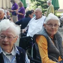 Bei herrlichem Spätsommerwetter saßen Bewohner*innen des Altenpflegeheims und Angehörige zusammen.