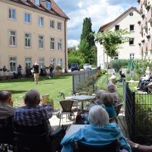 Unsere Bewohnerinnen und Bewohnern lauschten in entspannter Atmosphäre auf Gartenstühlen und Balkonen.