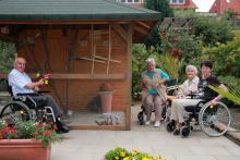 Die Bewohner des Altenpflegeheims St. Paulus halten sich gerne im Garten bei der Vogelvoliere auf.