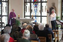 Andrea Rebber (rechts), Pflegedienstleiterin des Paulusheims, würdigte Pfarrer Franz-Josef Schubert während des Gottesdienstes für sein Engagement.